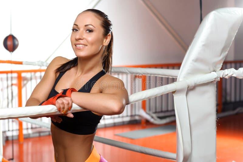 Sportvrouw in een boksring stock foto's