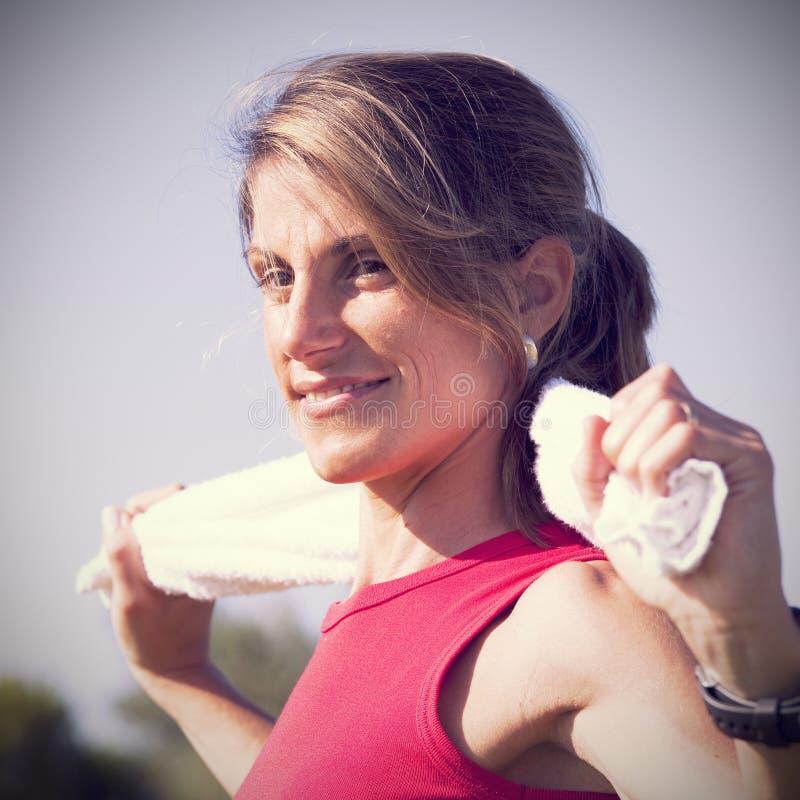 Sportvrouw met een handdoek royalty-vrije stock afbeeldingen