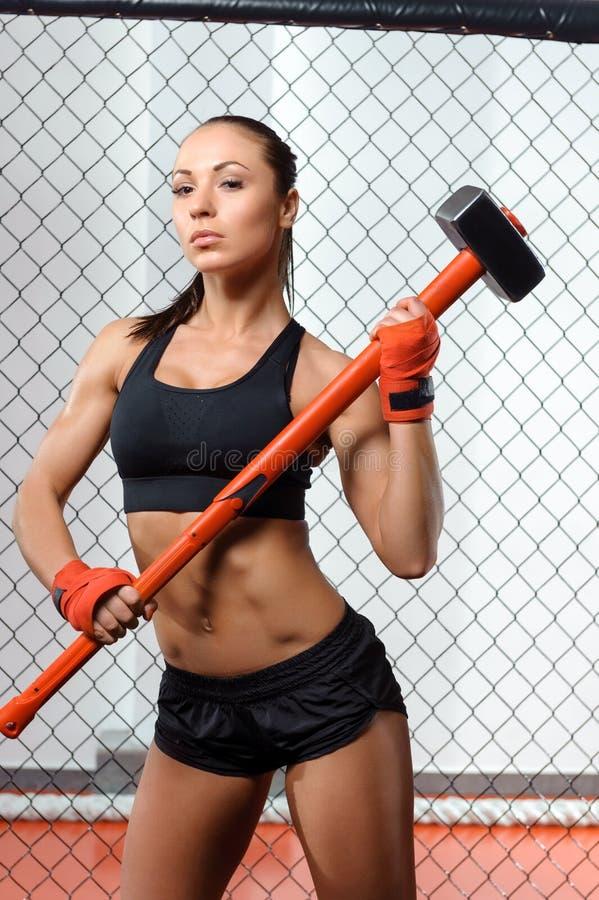 Sportvrouw met een hummer in gymnastiek stock afbeeldingen