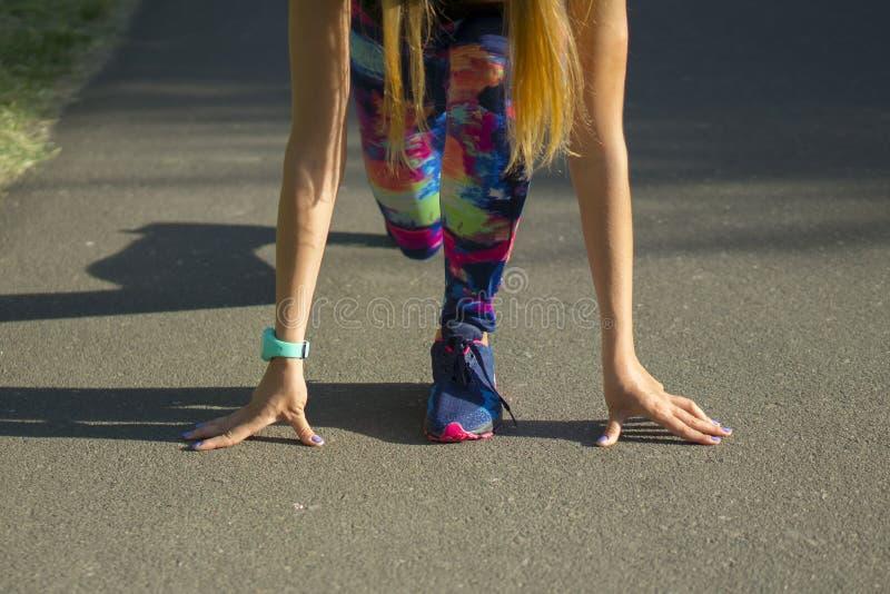 Sportvrouw in park die in openlucht fitness drijvers wearable technologie uitoefenen stock afbeeldingen