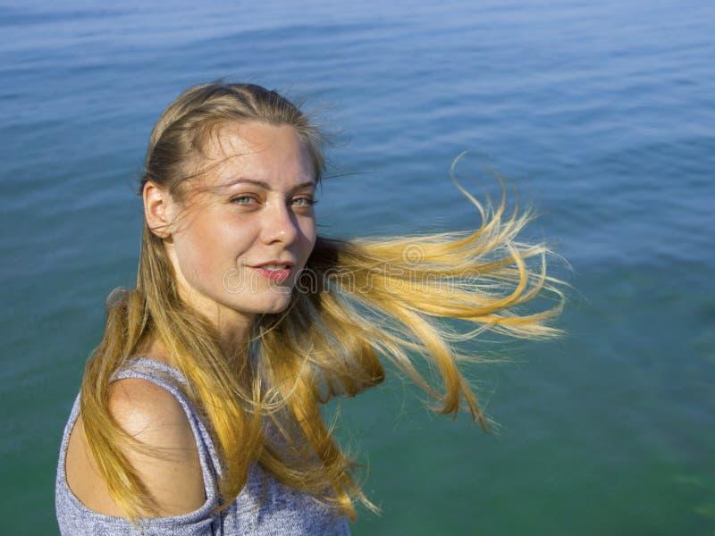 Sportvrouw in park die in openlucht fitness drijvers wearable technologie uitoefenen royalty-vrije stock foto