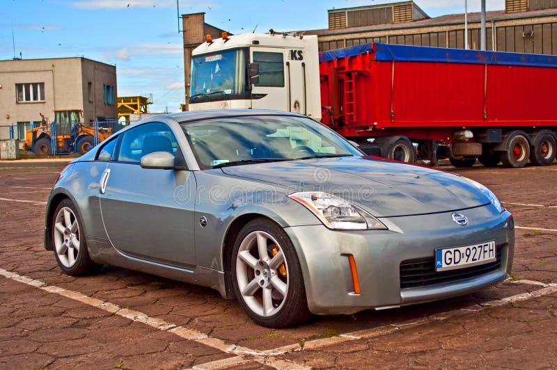 Sportwagen Nissan parkte stockfoto