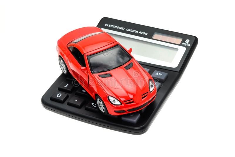 Sportwagen op een calculator wordt geplaatst die stock foto's