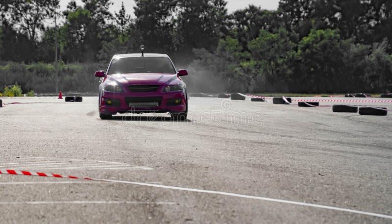 Sportwagenwiel het afdrijven Vaag van de auto van de het rasafwijking van de beeldverspreiding met veel rook van het branden van  royalty-vrije stock foto's