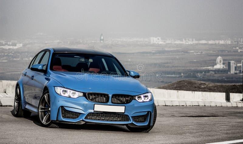 Sporty голубой седан bmw m3 немца на дороге горы замотки стоковые фотографии rf