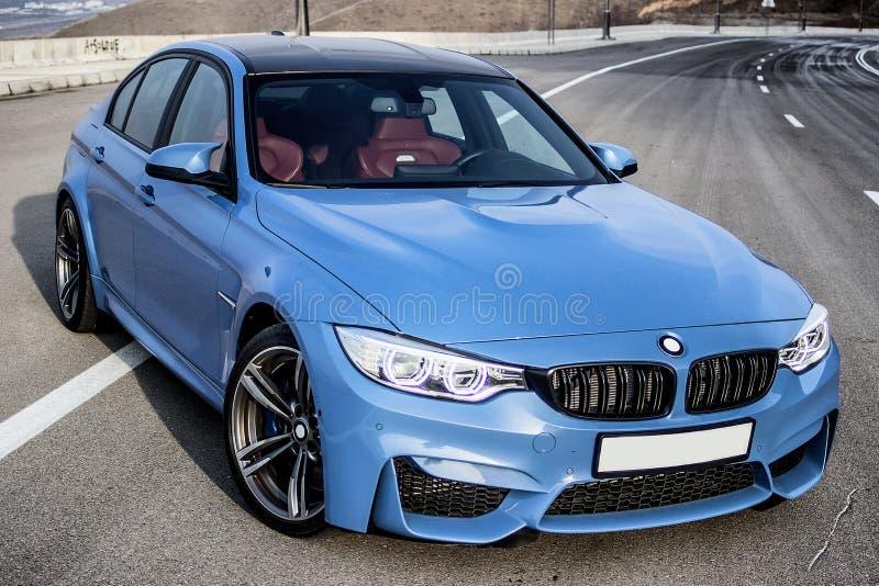 Sporty голубой седан bmw m3 немца на дороге горы замотки стоковые изображения