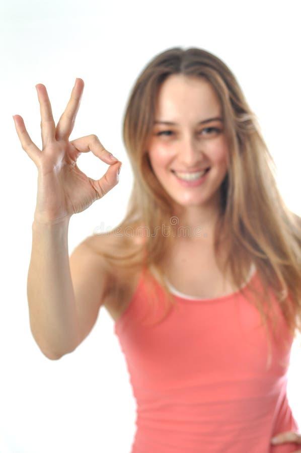 Sporty девушка аэробики подписывая О'КЕЫ стоковые фото