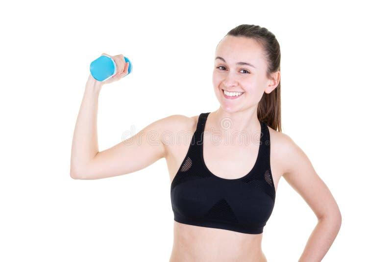Sporty девушка с гантелями работая в фитнес-клубе стоковые изображения rf