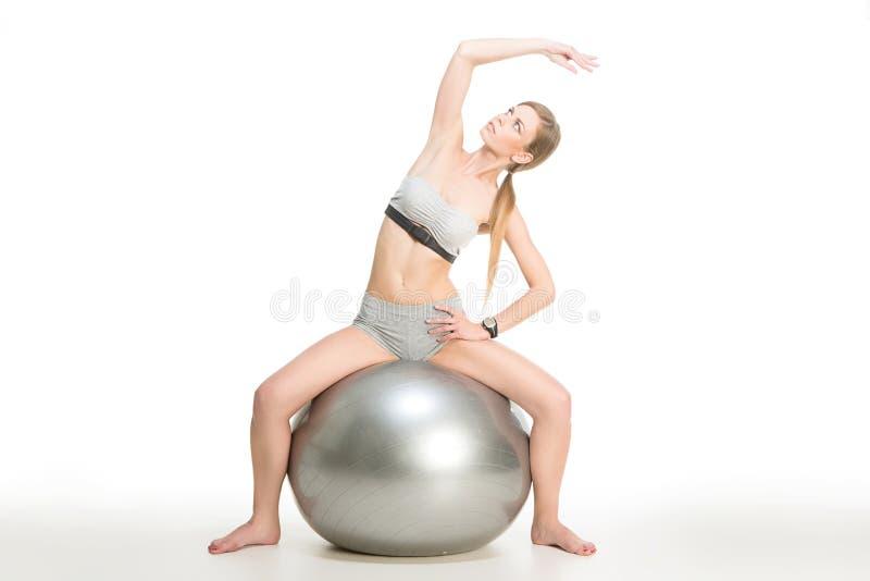 Sporty девушка на шарике стоковые фотографии rf