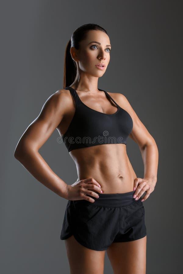 Sporty девушка с мышцами стоковые фото