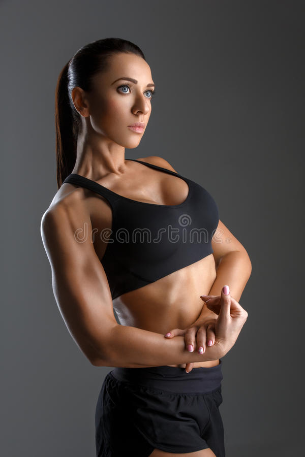 Sporty девушка с мышцами стоковое фото