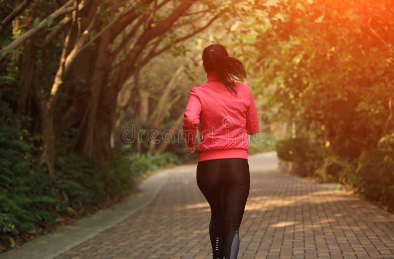 Download Sporty женщина бежать на следе Стоковое Изображение - изображение насчитывающей пригонка, актеров: 37929295