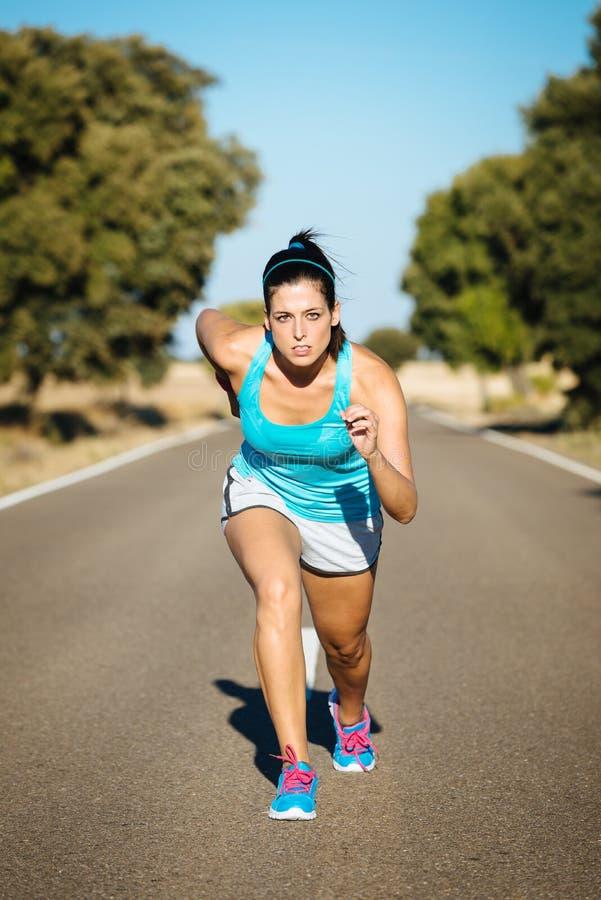 Download Sporty женщина готовая для бежать Стоковое Изображение - изображение насчитывающей adulteration, сила: 37930577