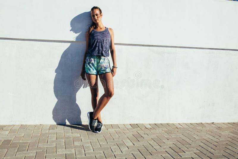 Sporty женщина ослабляя после идущей разминки стоковое фото rf