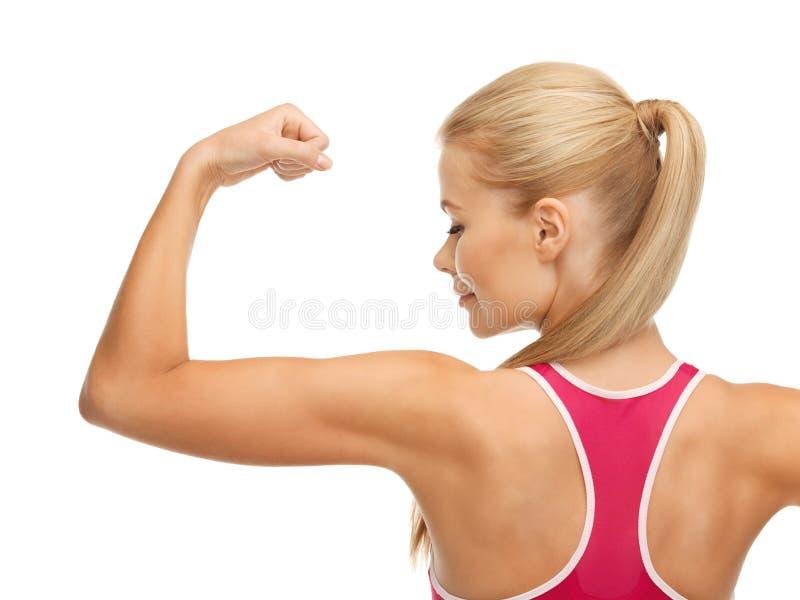 Sporty женщина показывая ее бицепс стоковые изображения rf