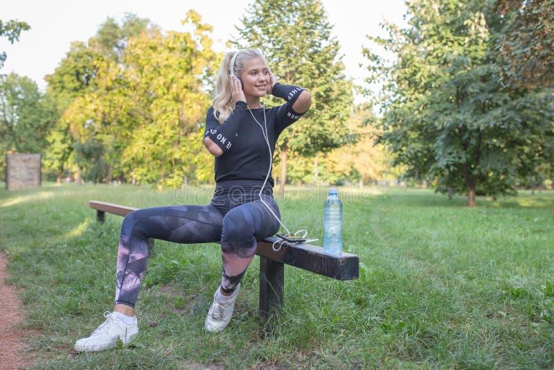Sporty женщина принимая пролом после тренировки стоковое фото