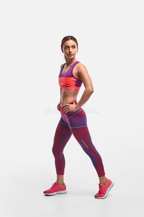 Sporty женщина смотря прочь во время тренировки стоковые фотографии rf