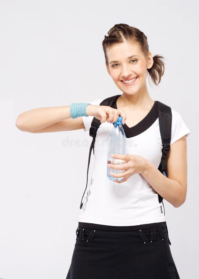 Sporty женщина с бутылкой свежей воды стоковые изображения rf