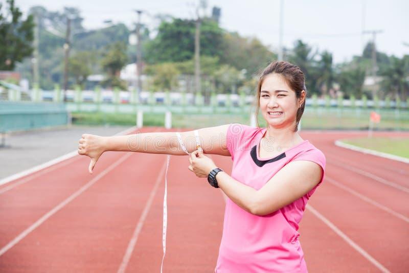 Sporty женщина с измеряя лентой стоковые фотографии rf