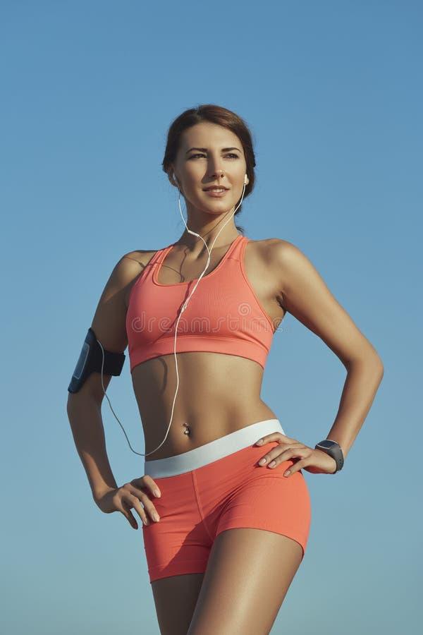 Sporty женщина с наушниками стоковые фотографии rf