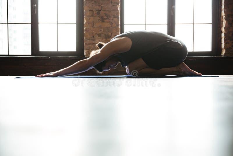Sporty здоровый человек протягивая назад перед разминкой спортзала стоковое изображение