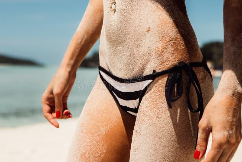Sporty красивая молодая женщина в сексуальном бикини на тропическом пляже стоковые фотографии rf