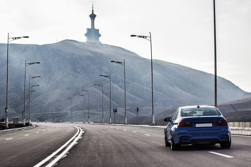 Sporty седан bmw m3 немца на дороге горы замотки Fr стоковая фотография