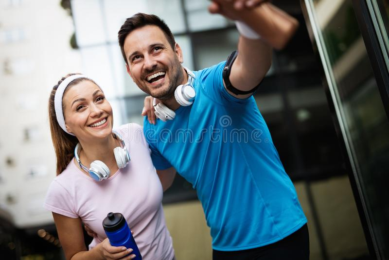 Sporty счастливые пары работая совместно r стоковое фото rf
