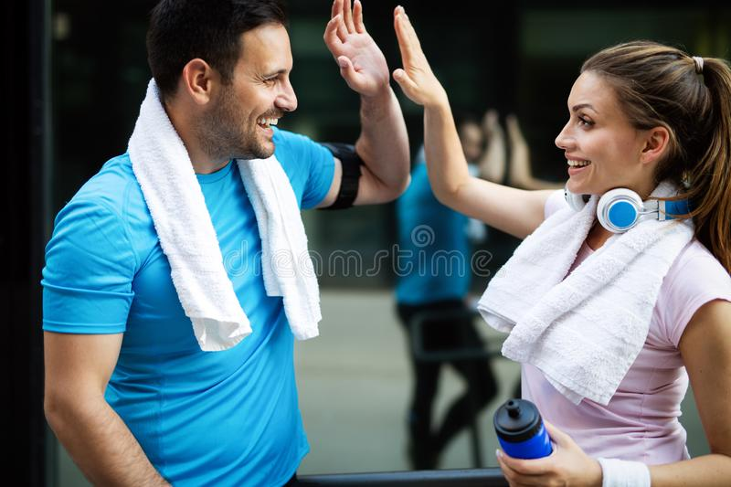 Sporty счастливые пары работая совместно r стоковое изображение