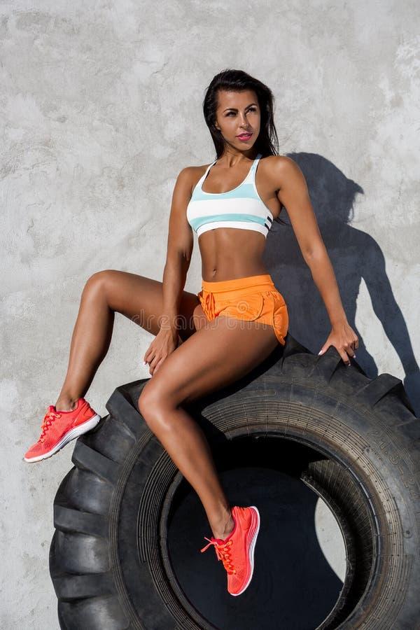 Sporty тренировка девушки с большой автошиной стоковые фото