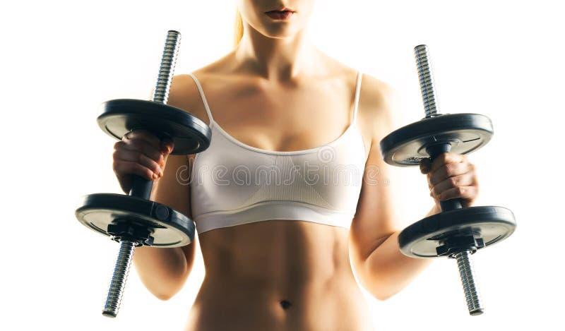 Sporty тренировка женщины при гантели изолированные на белизне Концепция спорта, здоровья и фитнеса стоковые изображения rf