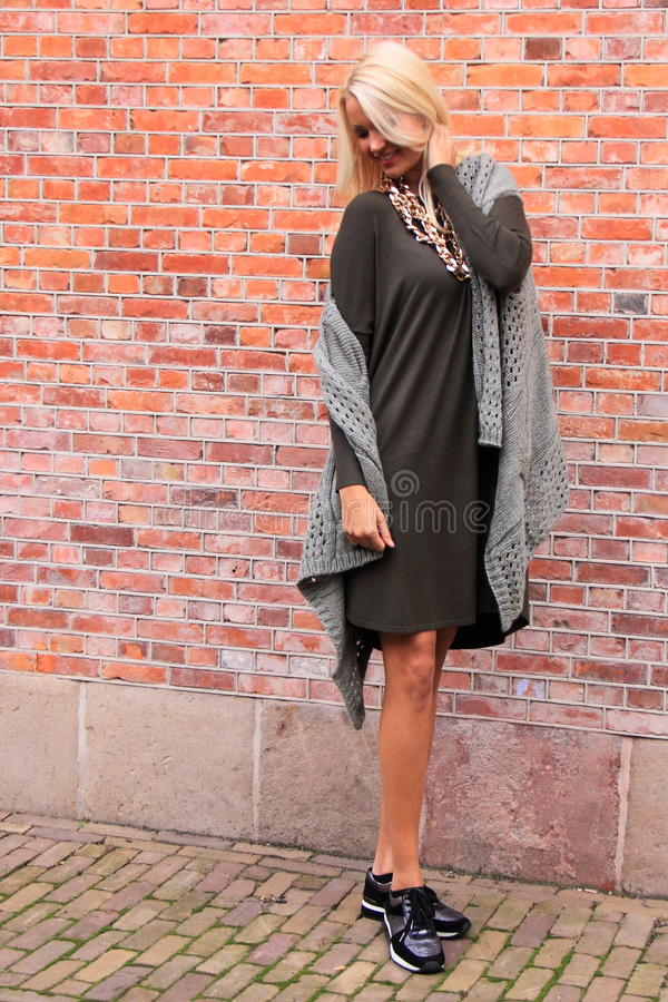Sporty шикарная девушка голландца моды улицы стоковая фотография