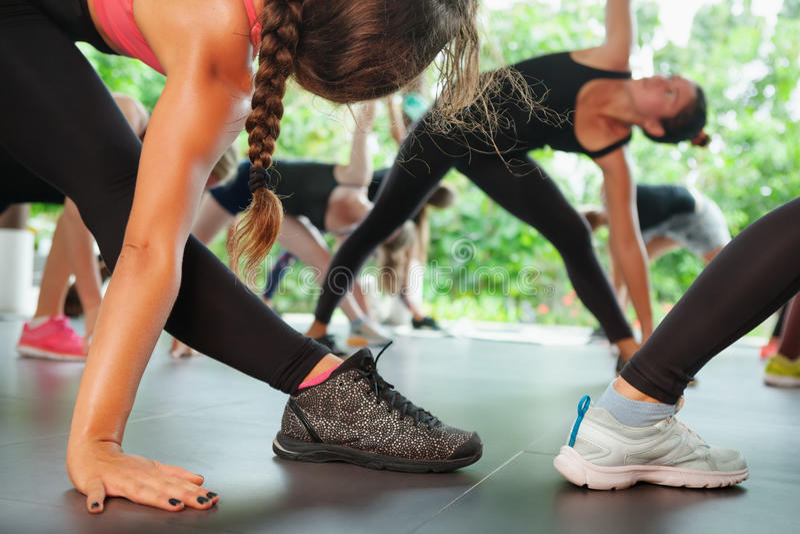 Sporty люди собирают тренировку с инструктором фитнеса на классах pilates стоковая фотография rf