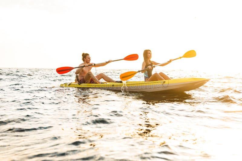 Sporty atrakcyjna para kayaking obrazy royalty free