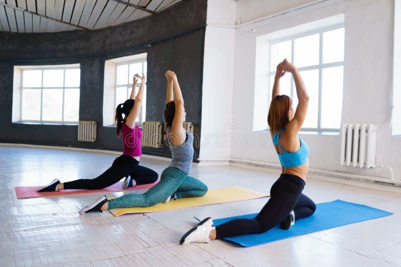 Sporty damy rozciąga w gym obrazy royalty free