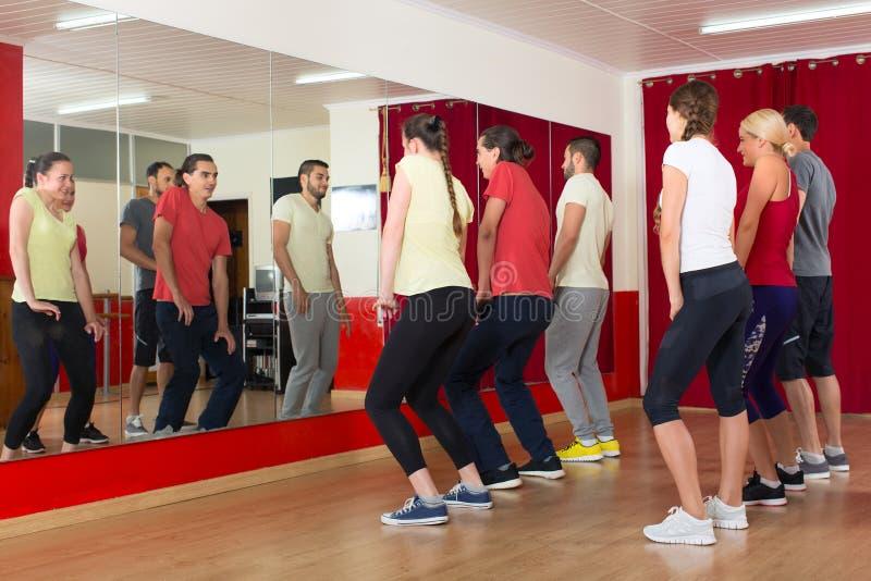 Sporty dorosli tanczy przy taniec klasą fotografia royalty free