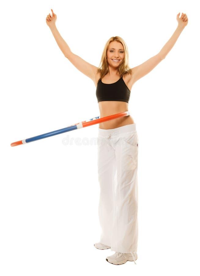 Sporty dysponowana dziewczyna robi ćwiczeniu z hula obręczem fotografia stock