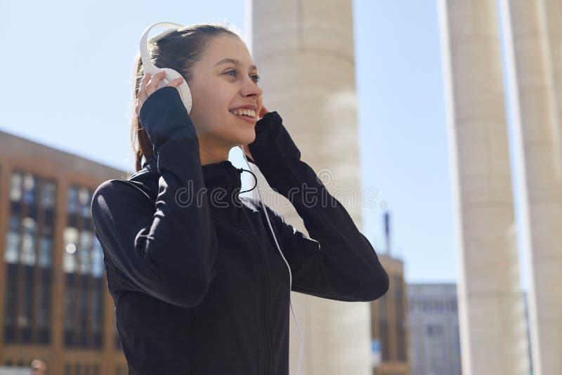 Sporty dziewczyna bieg w mieście fotografia royalty free
