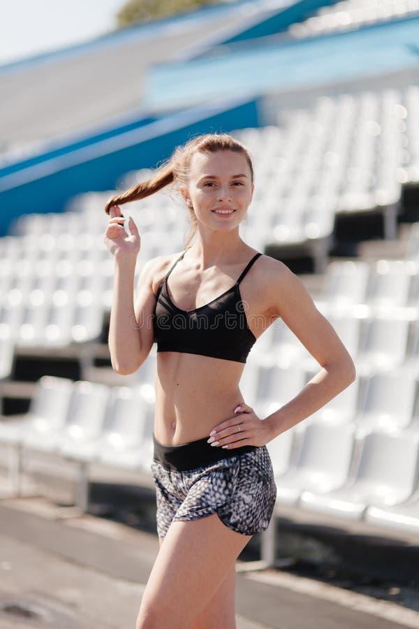 Sporty dziewczyna na stadionie fotografia stock