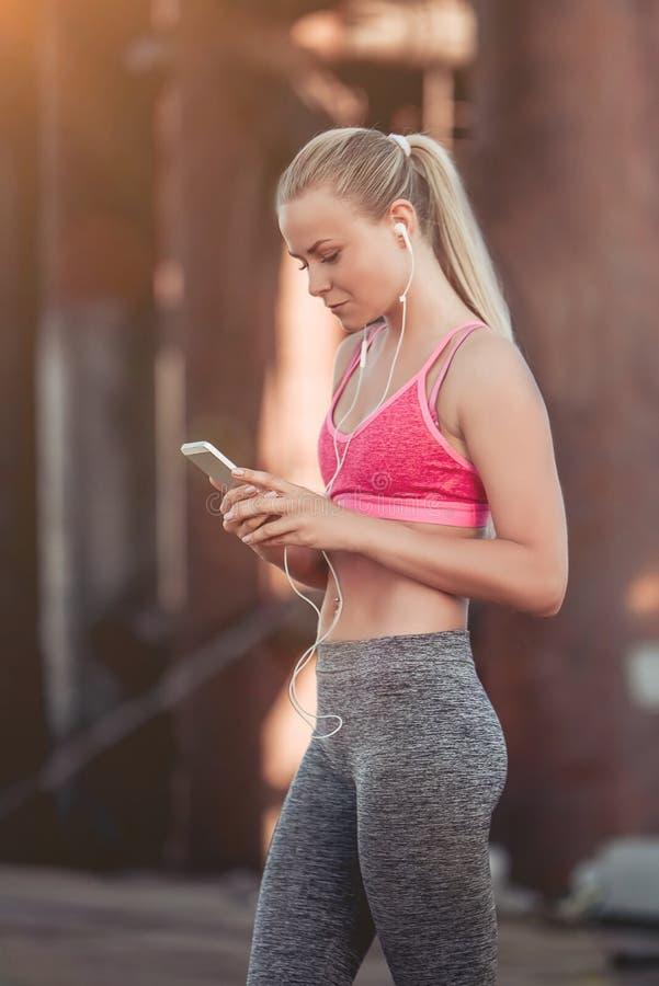 Sporty dziewczyna na ulicie obraz stock