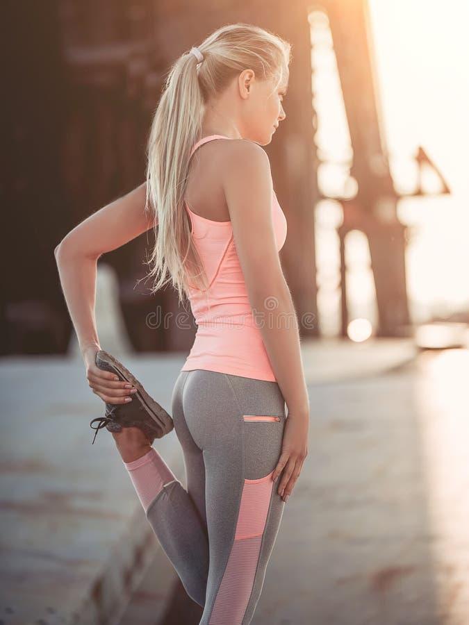 Sporty dziewczyna na ulicie zdjęcia stock