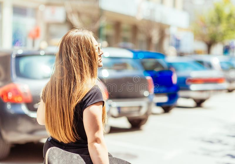 Sporty dziewczyna pozuje w lecie z deskorolka w jej rękach zdjęcia royalty free