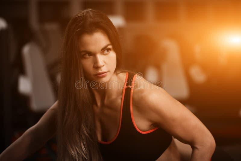Sporty dziewczyna w gym robi ćwiczeniom Portret sprawności fizycznej kobieta zdjęcie stock