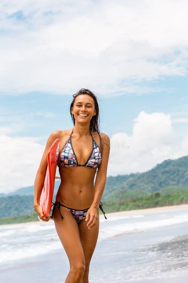 Sporty dziewczyna z czerwoną kipielą na plaży obraz royalty free
