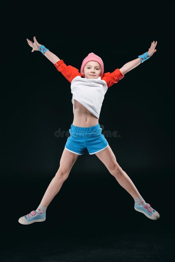 Sporty dziewczyny doskakiwanie odizolowywający na czerni, aktywność dla dziecka pojęcia zdjęcie royalty free