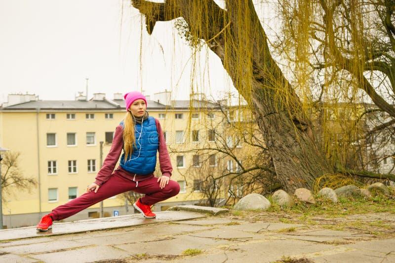 Sporty dziewczyny rozciągać plenerowy na miasto ulicie obraz stock