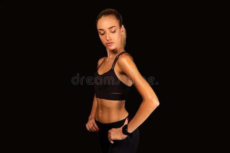 Sporty Girl Posing Over Black Background, Studio Shooting lizenzfreie stockfotos