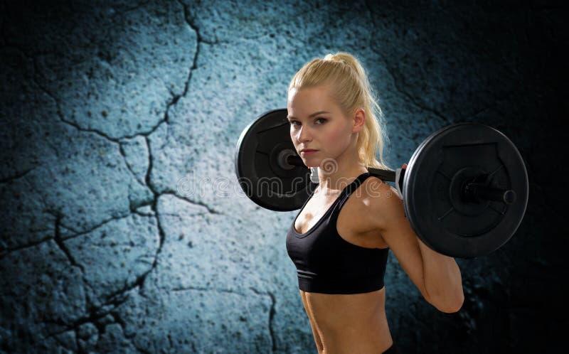 Sporty kobieta ćwiczy z barbell obraz royalty free