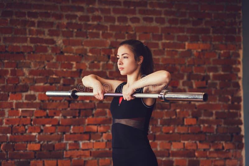 Sporty kobieta ćwiczy z barbell obrazy royalty free