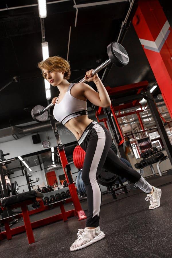 Sporty kobieta ćwiczy z barbell w gym zdjęcia stock